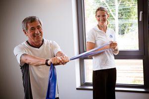 Angebote Persönliches KörperManagement® - Personal Training - Beispielbild Sportübungen mit Gummiband